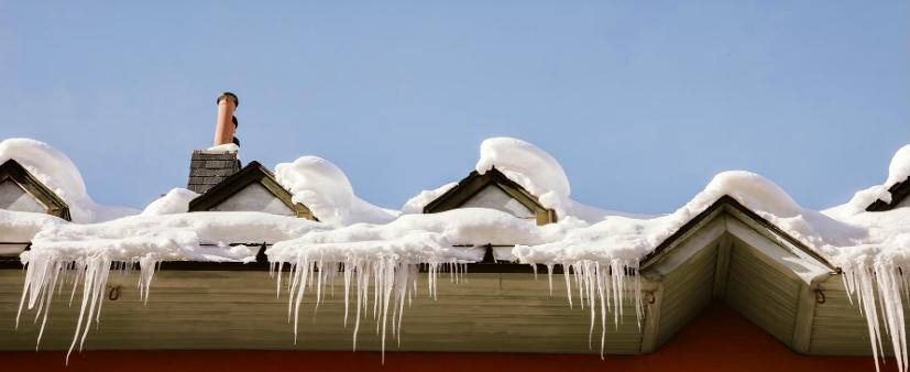 Eiszapfen am Dach können zu tödlichen Geschossen im Winter werden, Vergema Gebäudeservice aus Herne kann hier helfen