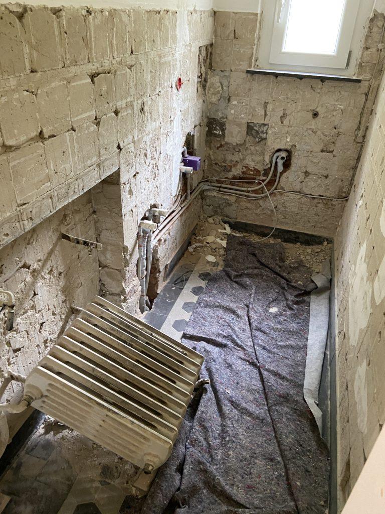 Armin Dlugosch entkernt ein Badezimmer in Herne
