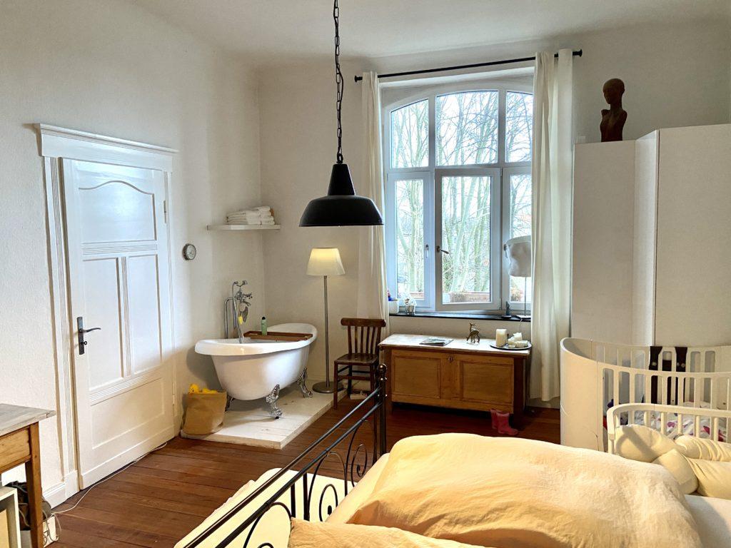 Unser altes Schlafzimmer mit freistehender Badewanne - genauso wollten wir es von Armin Dlugosch auch in unserem neuen Schlafzimmer im Dachgeschoss