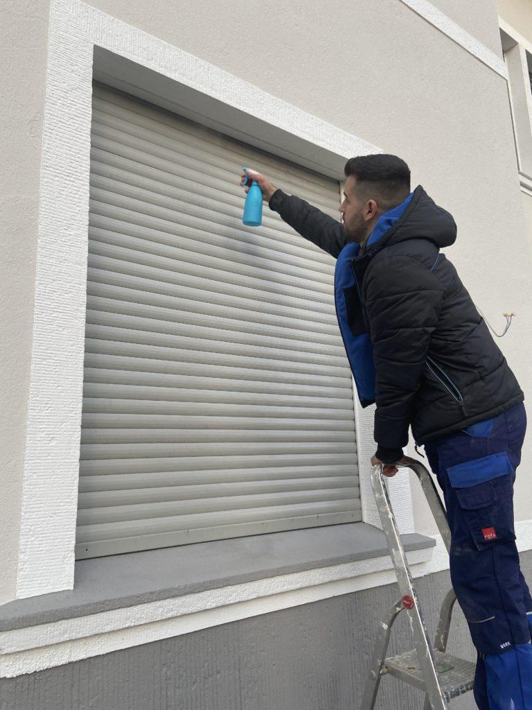 Fensterputzer säubern auch die Rolladen professionell